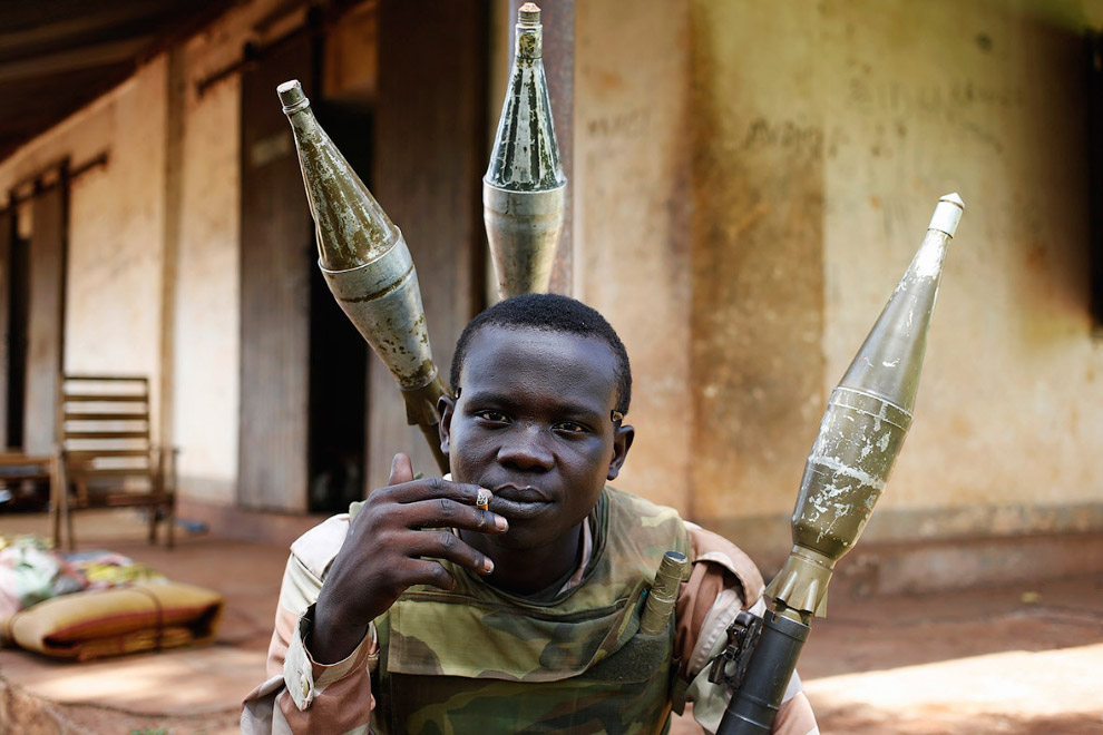 11. Петух и «базука» — это Центральная Африка. (Фото Goran Tomasevic   Reuters):
