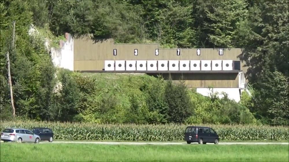 Дорога со спецэффектами. В швейцарском тире стреляют над проезжающими машинами (3 фото)