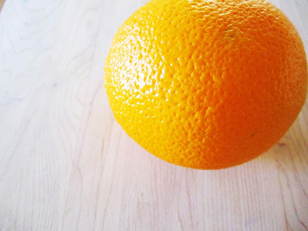 6. В микроволновке легко и быстро можно высушить цедру апельсинов и грейпфрутов. Выложите ее на бума