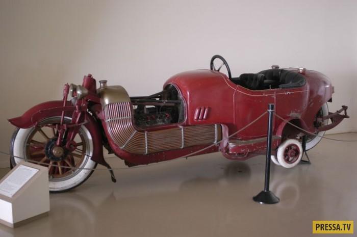 Американский художник и инженер Джеймс Скрипс Бут решил скрестить мотоцикл с автомобилем . В 1910-м