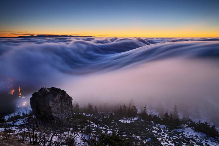 Туманом называют атмосферное явление, скопление воды в воздухе, образованное мельчайшими частич