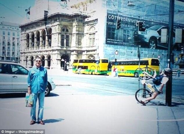 Кажется, мужчина даже не подозревает, какое несчастье постигло велосипедиста рядом.