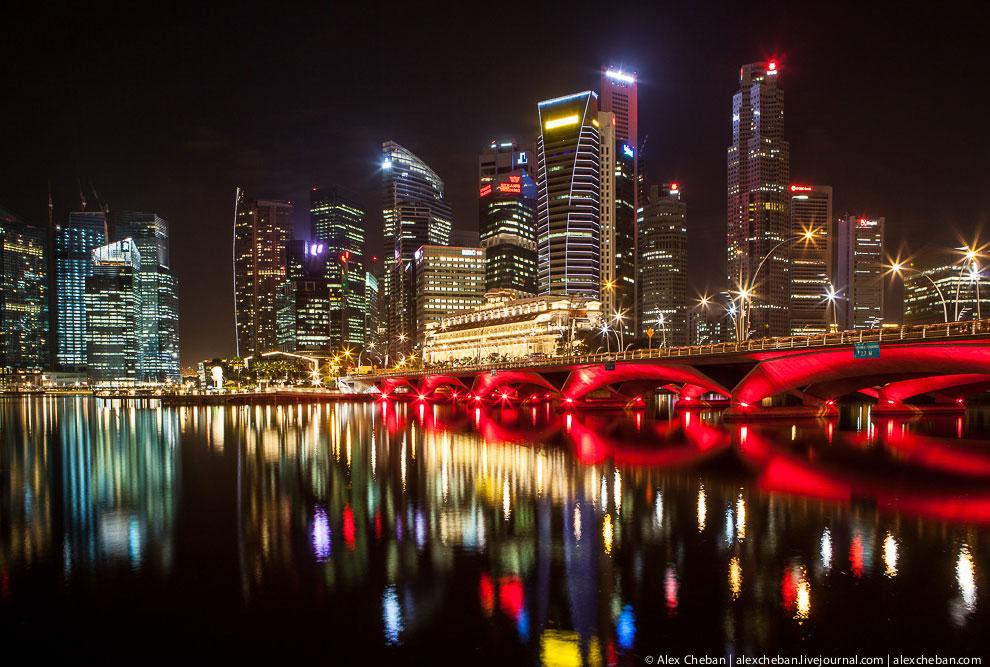 Пешеходный мост Helix обеспечивает связь между двумя районами города Сингапур. (Фото Artie Ng):