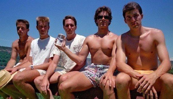 Пятeро друзей дeлали одну и ту же фотографию кaждые пять лет. С 1982 по 2012 год (6 фото)