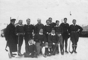 Хоккейная команда Москвы на катке для игры в русский хоккей (Обводный канал, 130). 16 февраля 1914
