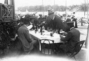 Посетители в ресторане речного яхт-клуба