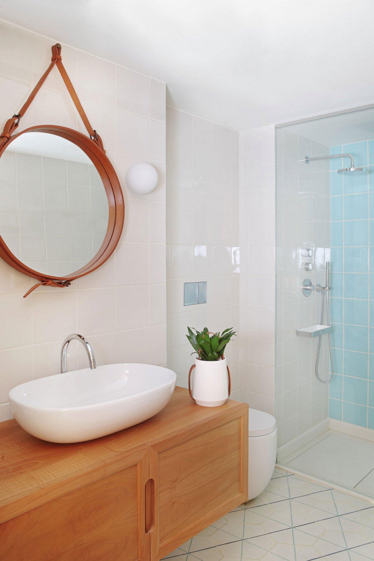 Дизайнерское зеркало в ванной