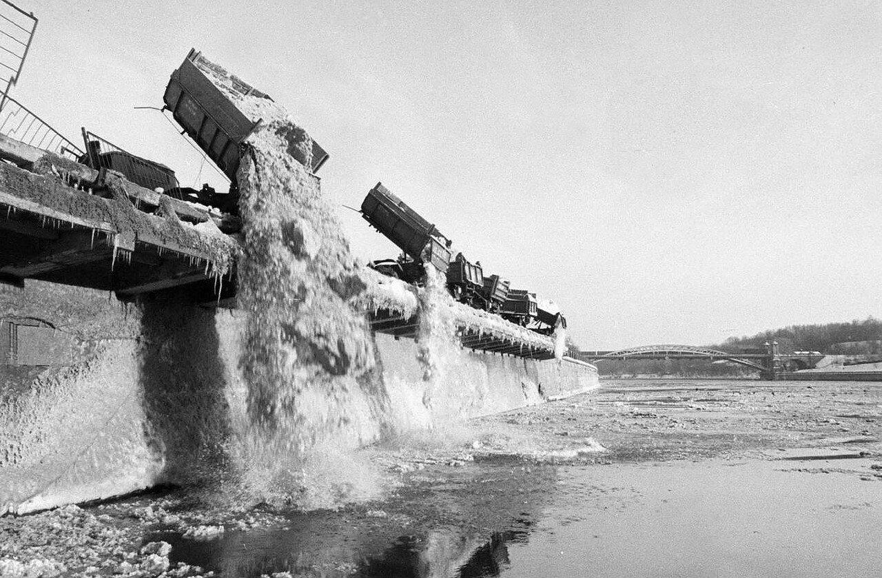584161 Сброс снега в Москву-реку Лужнецкая набережная, 1982.jpg