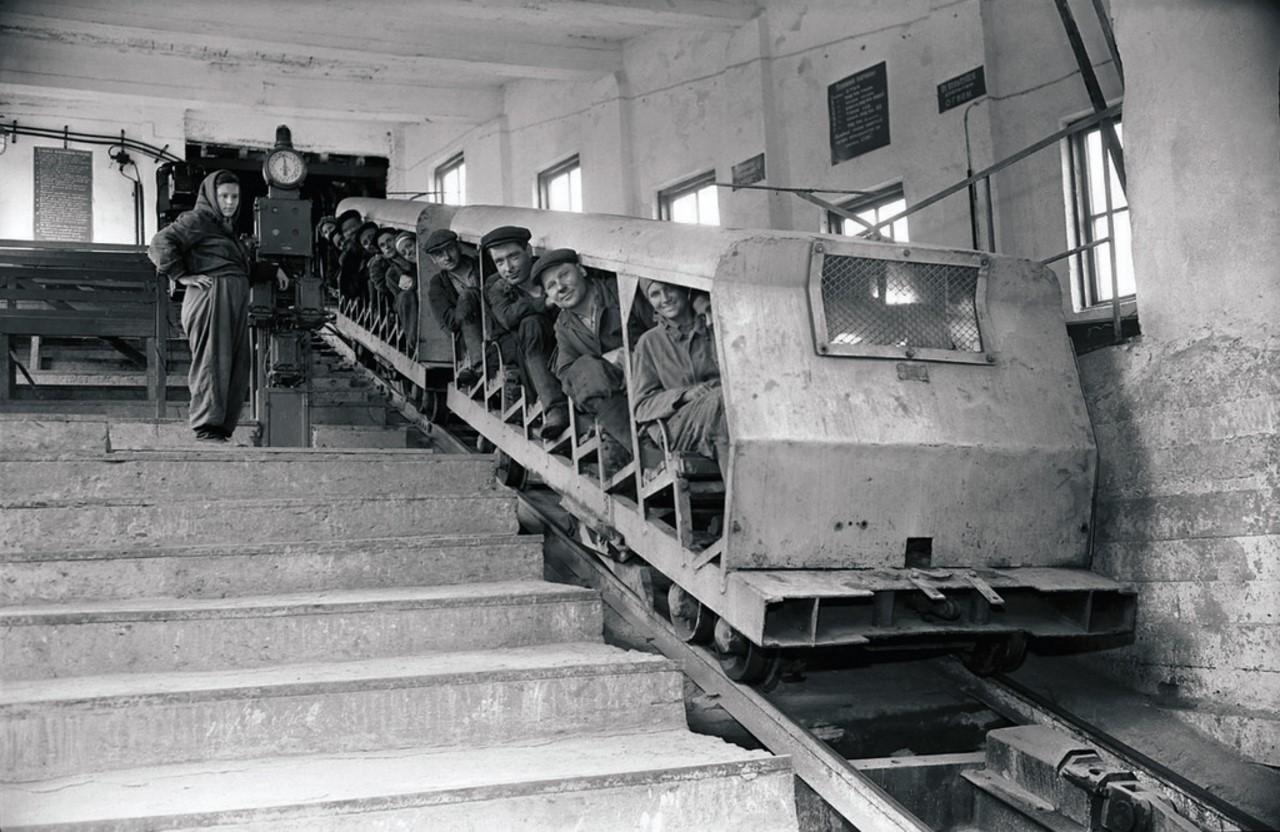 Коркино. Угольный разрез. Подъемник для транспортировки людей и грузов перед спуском в разрез(1959)
