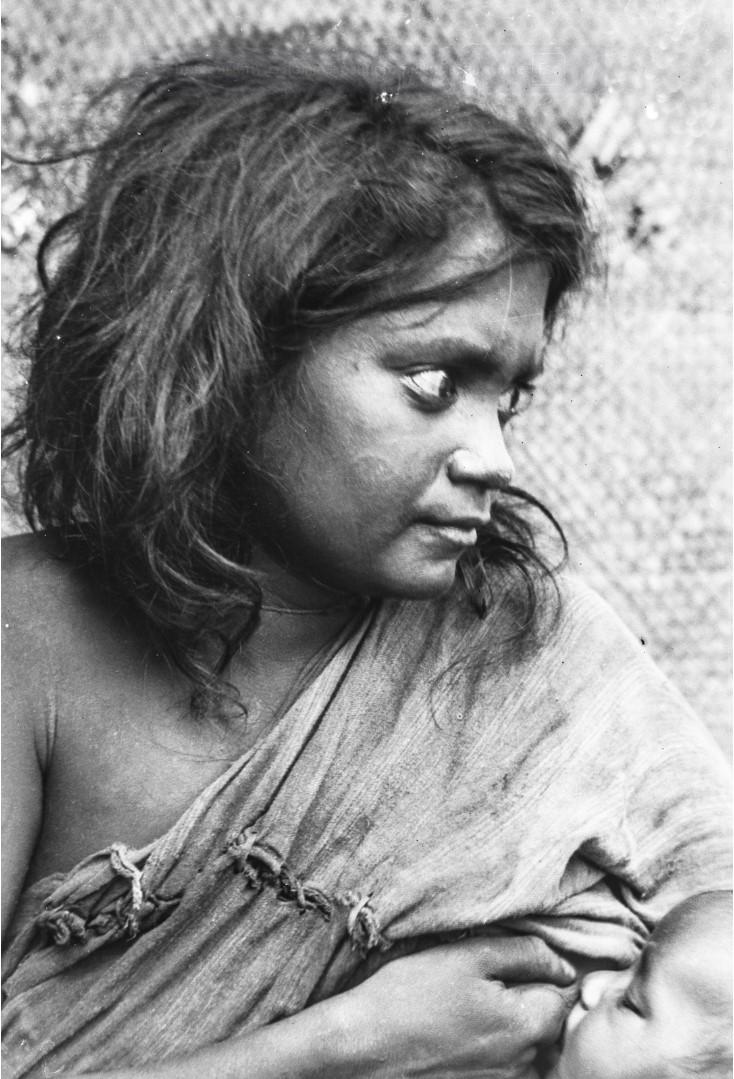 600. Женщина во время кормления ребенка