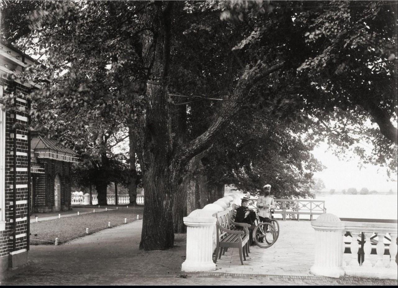 Терраса у дворца Монплезир в Петергофе