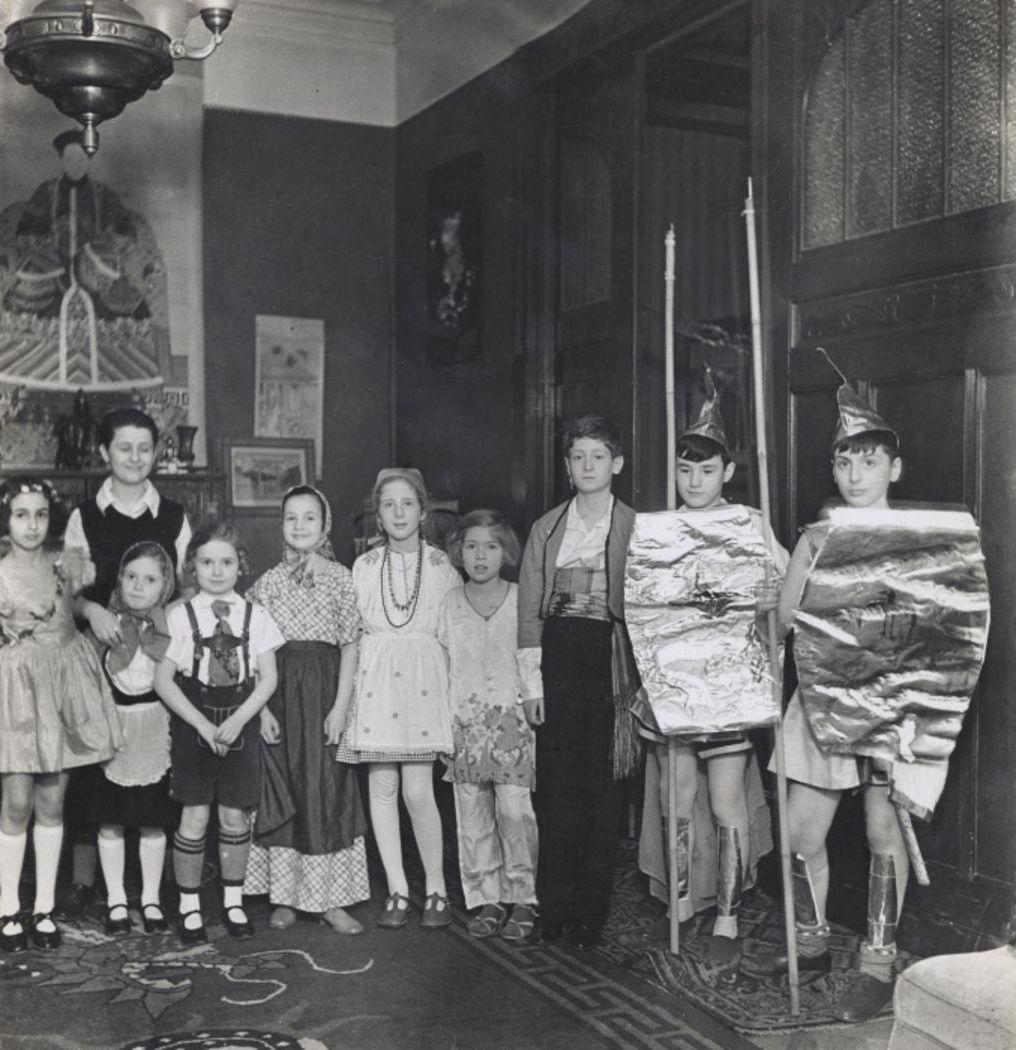 1934. Мара и Вольф Вишняки празднуют Пурим со своими друзьями, Берлин