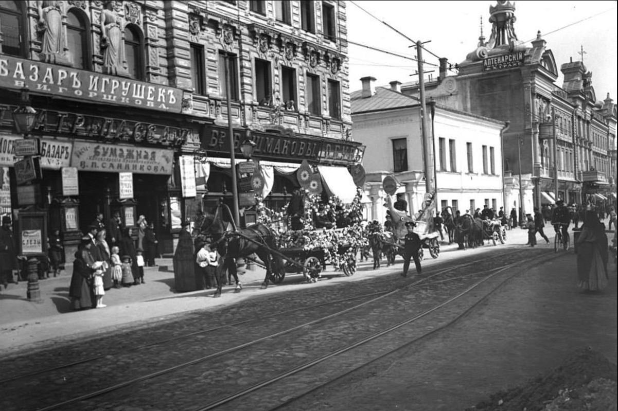 Праздник белого цветка. 1912. Возле Пассажа