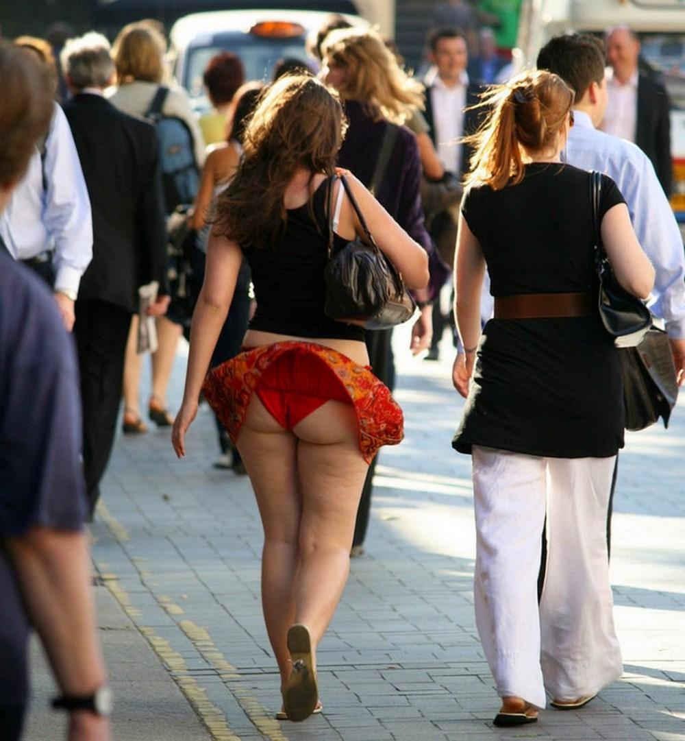 Поднимают юбки женщинам на улице 9