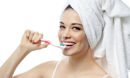 зубная щетка чистит зубы