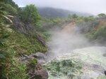 На Итурупе расположено множество горячих и минеральных источников.Целая серия горячих источников находится вдоль берегов р.Кипящей в районе вулкана Баранского.jpg