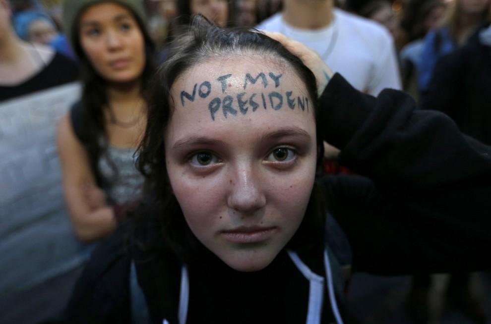 Участница акции протеста против избрания Дональда Трампа президентом США в центре Сиэтла, штат Вашин
