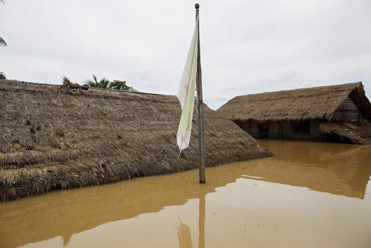 1. Местные жители и их экологичные деревянные лодки, Мьянма, 21 июля 2015. (Фото Soe Zeya Tun  
