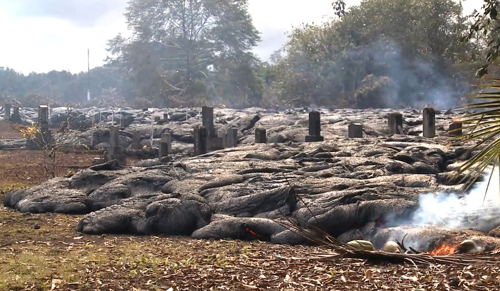 18. Захват крестов и могил. (Фото County of Hawaii):