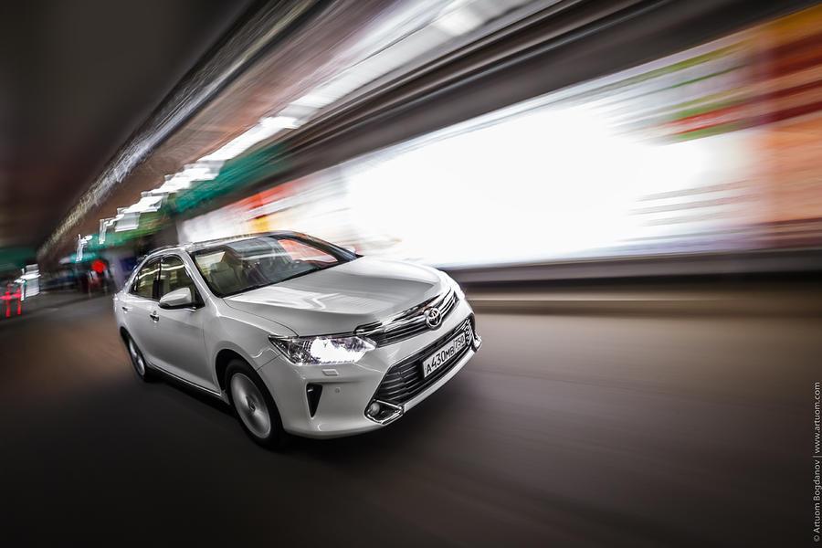 1. Автомобиль на большой скорости мчится мимо ночных витрин. Свет рекламных конструкций подчеркивает