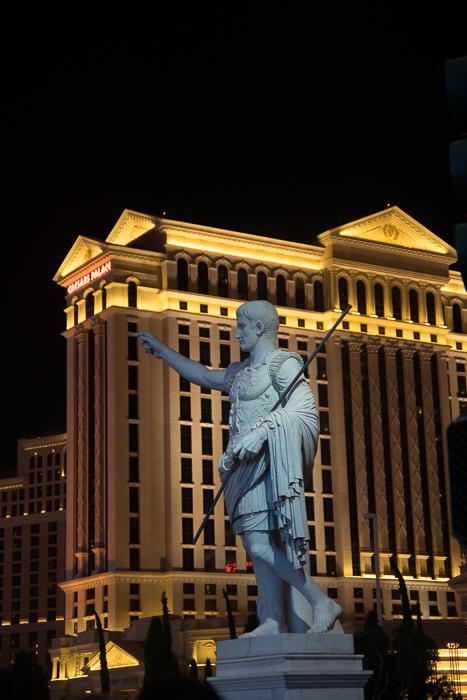 31. Ну или дворец Цезаря с фонтаном де Треви, какими то огромными статуями, которые раз в час двигаю
