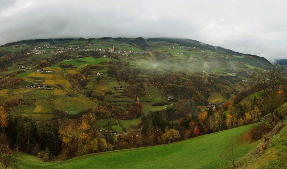 9. Почти на каждой скале под самыми облаками строят красивейшие средневековые замки и дома.
