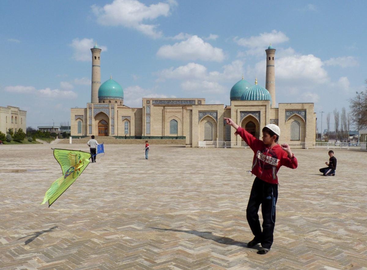 В отличие от современной части Ташкента, где большинство носит европейскую одежду, в старом городе ч
