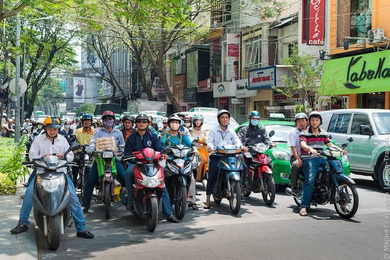 38. Про переход дороги в крупных городах Вьетнама можно написать целую инструкцию. В отсутстви
