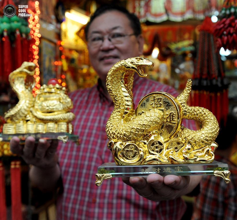 Владелец китайского магазина в Маниле демонстрирует подарочные сувениры. (Jay DIRECTO/AFP/Getty