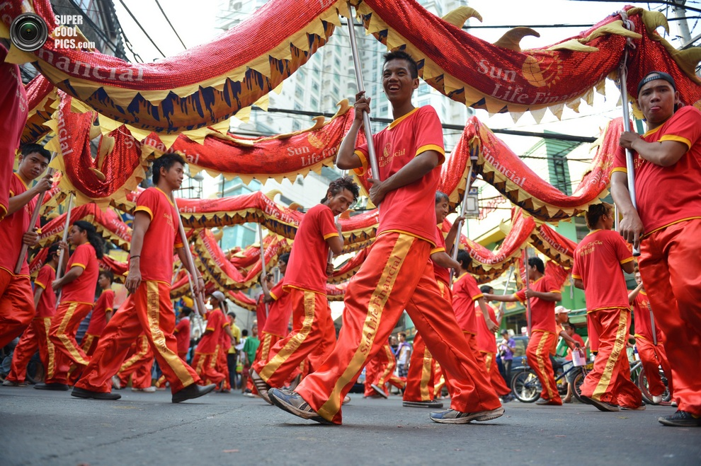 Праздничное шествие по улицам Манилы. (TED ALJIBE/AFP/Getty Images)