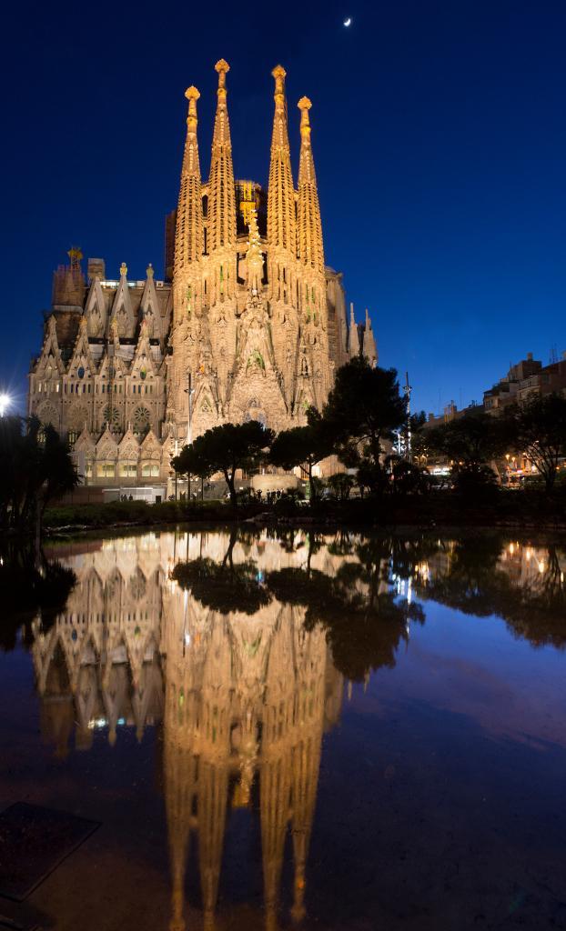 Искупительный храм Святого Семейства — один из самых узнаваемых храмов Барселоны и мира — не был