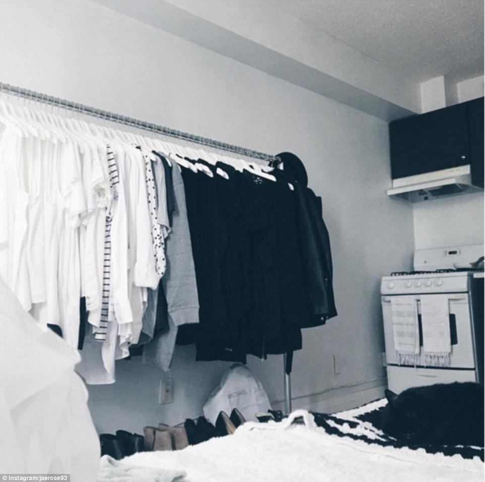 В этой комнате с кровати видна плита для готовки, но в черно-белой гамме все это выглядит даже стиль