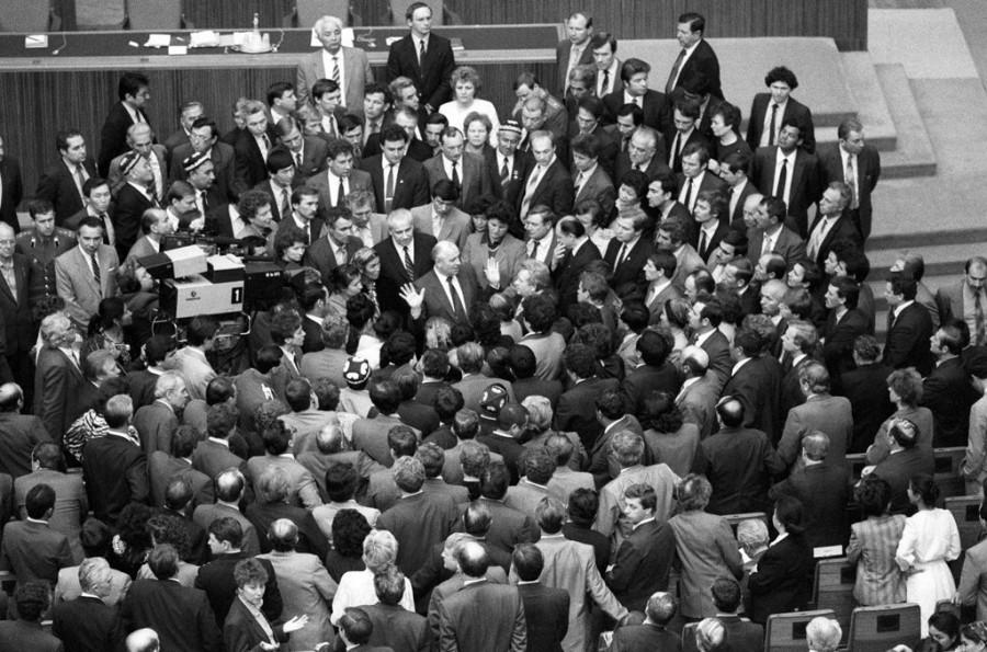 Михаил Горбачев в окружении депутатов Верховного Совета Союза Советских Социалистических Республик.