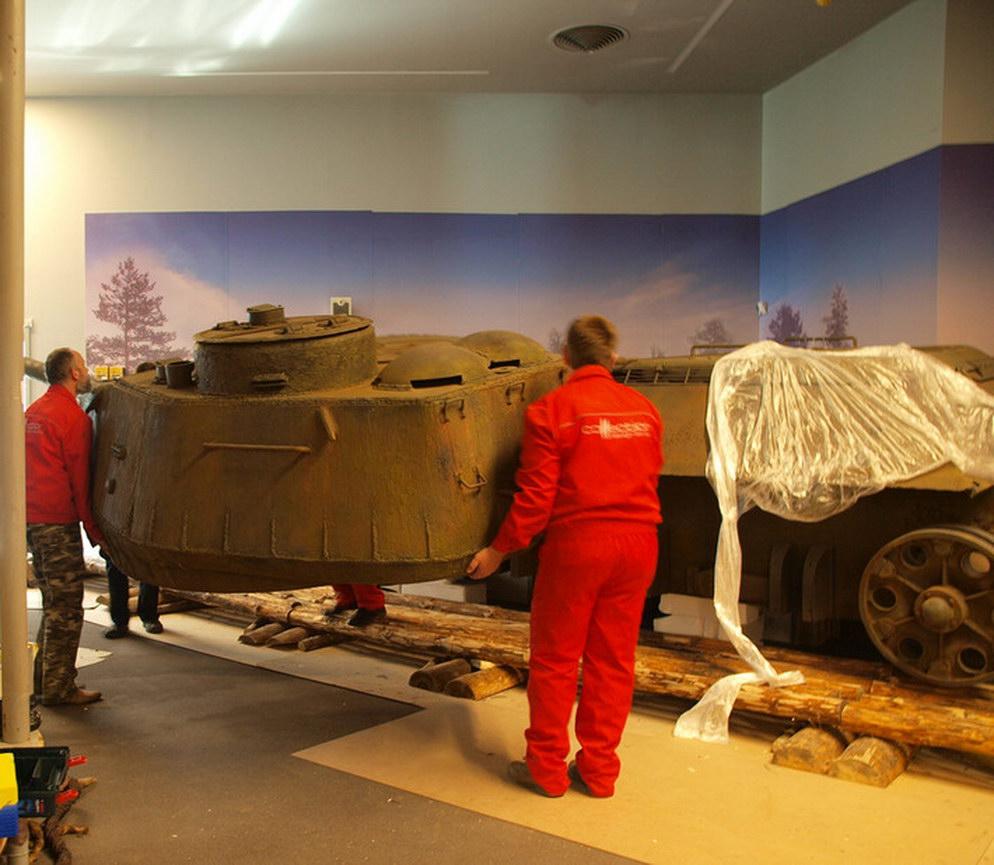 Все детали танка сделаны из пенопласта, за очень редким исключением — настоящие: антенна, лопа