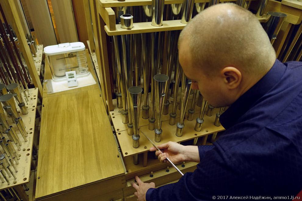14. У больших труб есть вырезанный лепесток, который может немного откручиваться и закручиватьс