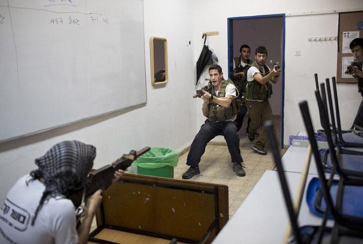 2. Тренировочный лагерь. Ползание в грязи, согласно программе. (Фото Oded Balilty):