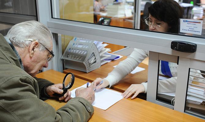 Рева неисключает повышение пенсионного возраста, если все украинцы начнут платить налоги