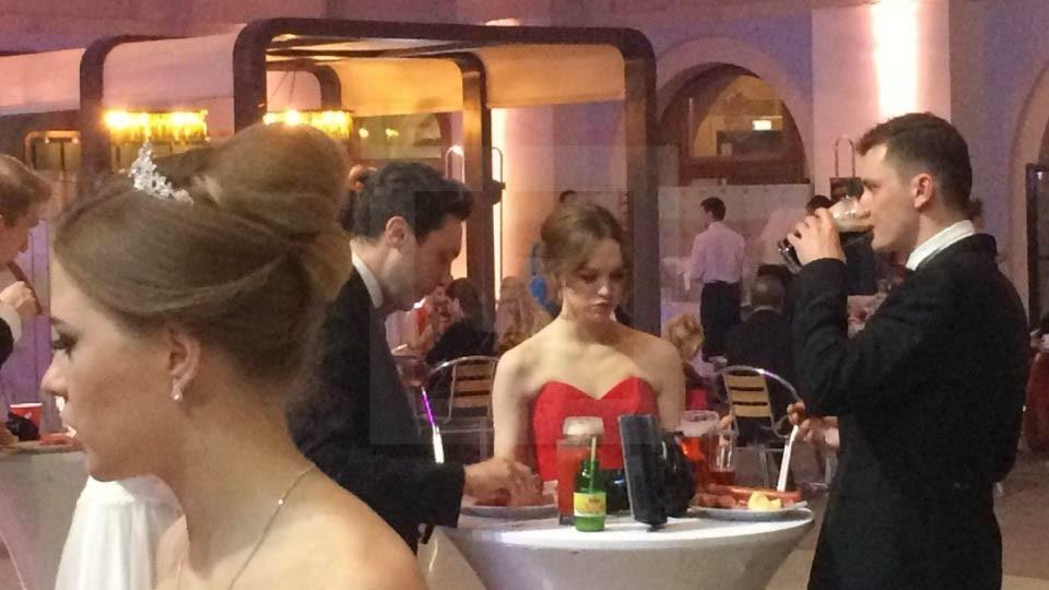 Диану Шурыгину увидели танцующую одну испивом наВенском балу