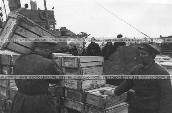 Открытие навигации на Ладожском озере выгрузка ящиков с консервами. 24.05.42 г.