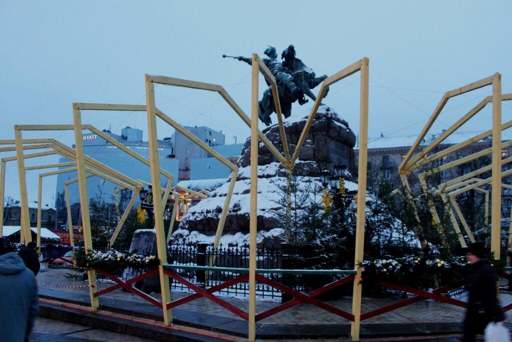 Новогоднее оформление памятника Богдану Хмельницкому