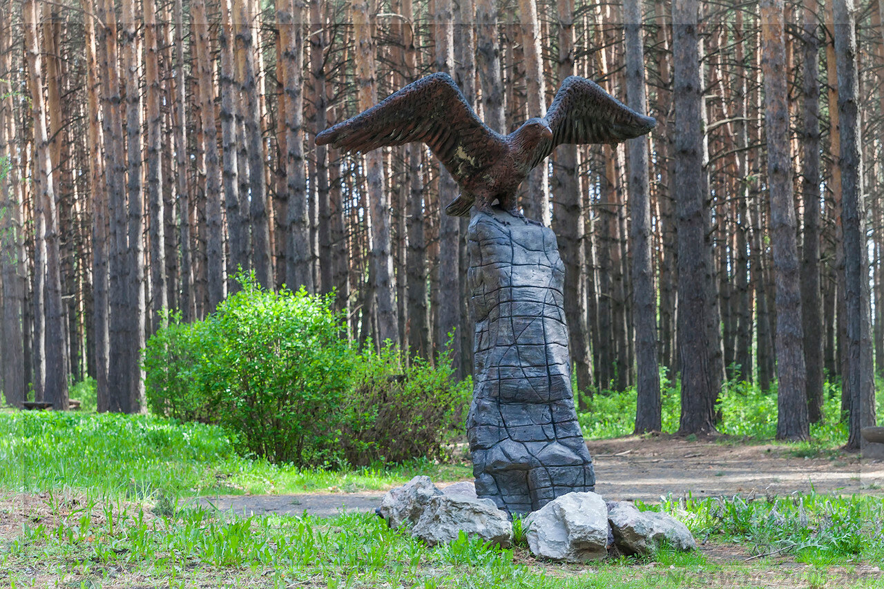 Скульптура Орла близ Кардиоцентра вид спереди (© NickFW - 20.05.2017)