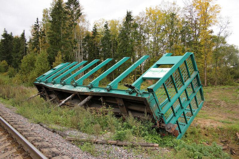 Поваленый вагон у переезда на перегоне Остолопово - Красный холм, крупнее