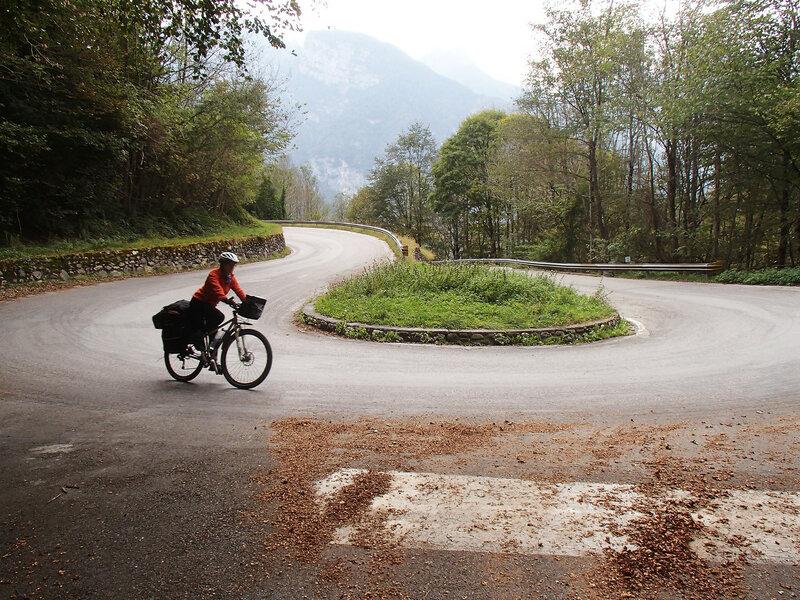 спуск на велосипеде по серпантину в доломитовых альпах