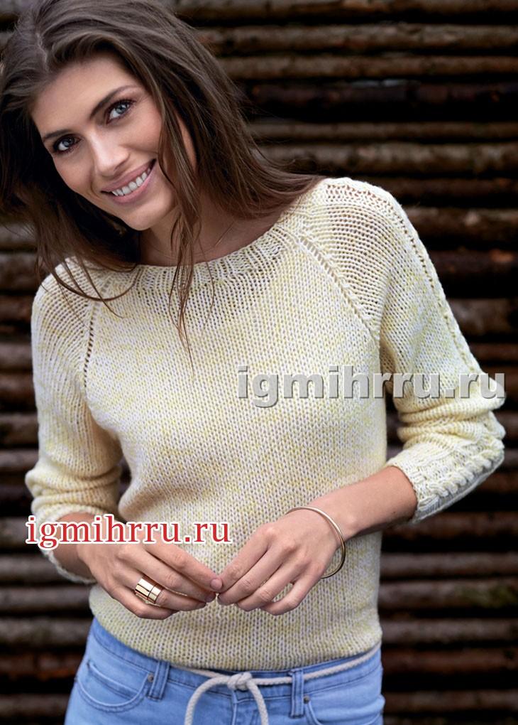 Светлый меланжевый пуловер с рельефным узором на рукавах. Вязание спицами