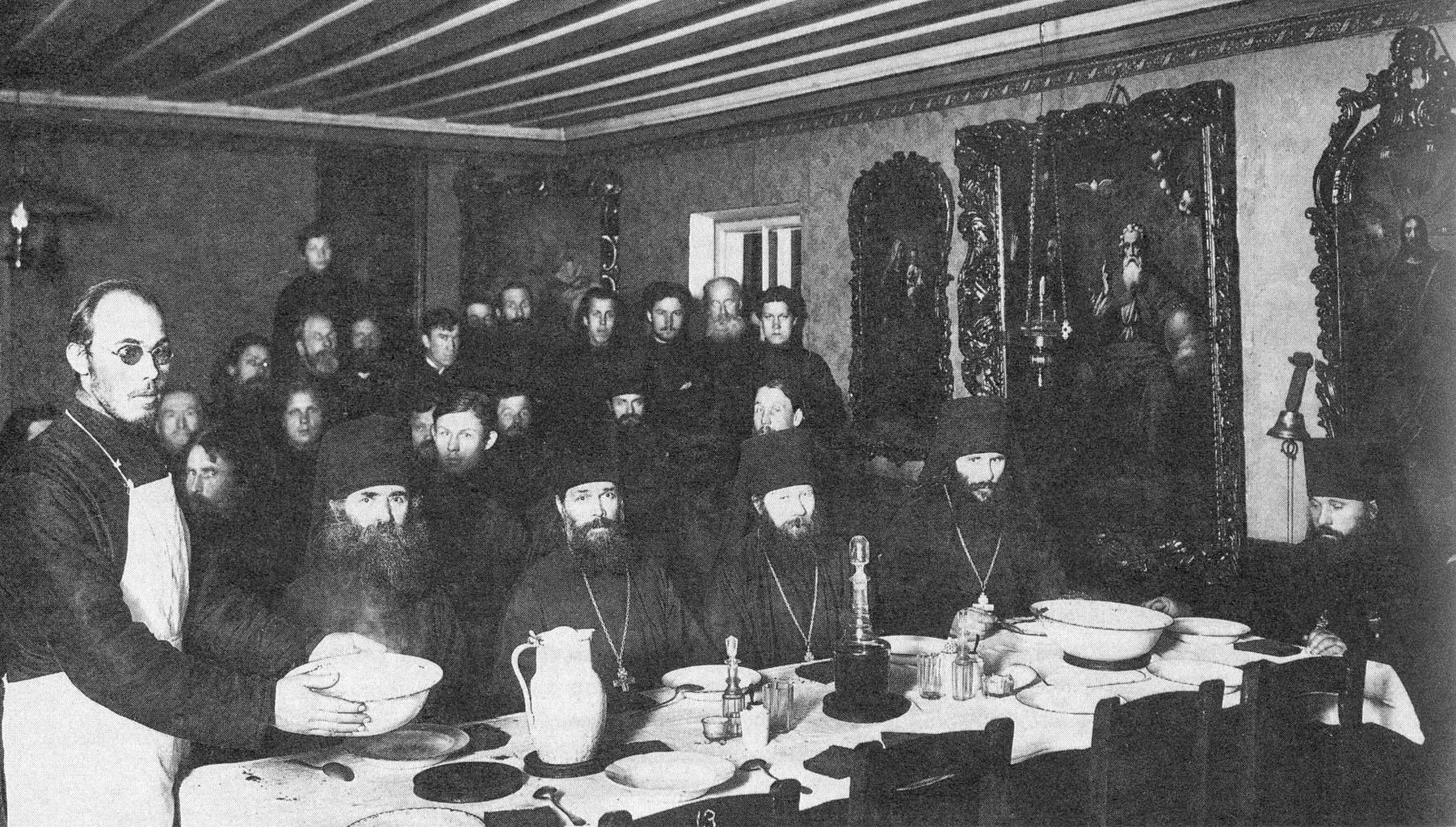 Дом игумена. Монахи за трапезой