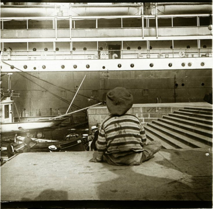 1907. Мальчик на фоне гигантского парохода «Принцесса Ирэн». Италия, Генуя