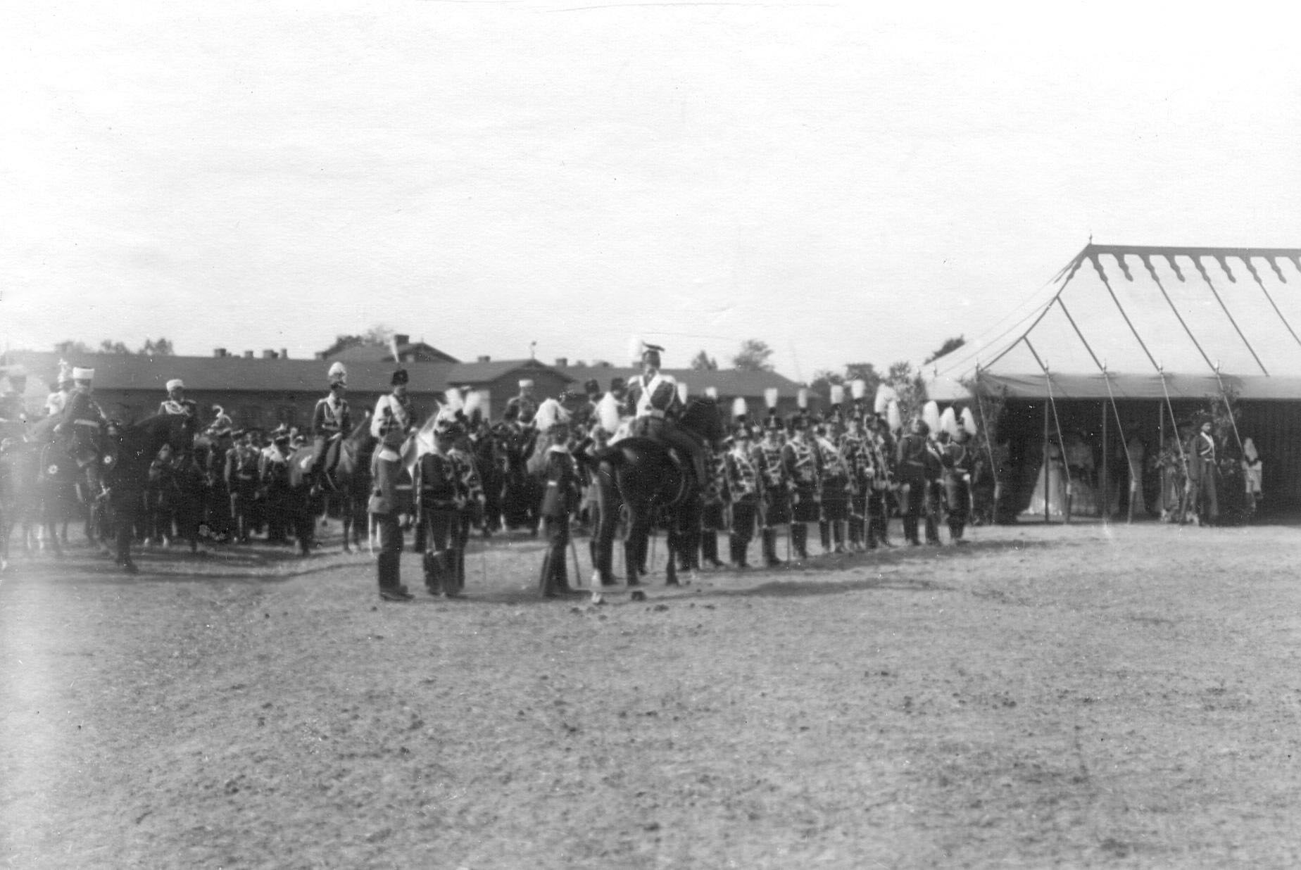 Император Николай II  на параде полка приветствует прусских гусар смерти, прибывших на празднование 250-летнего юбилея полка