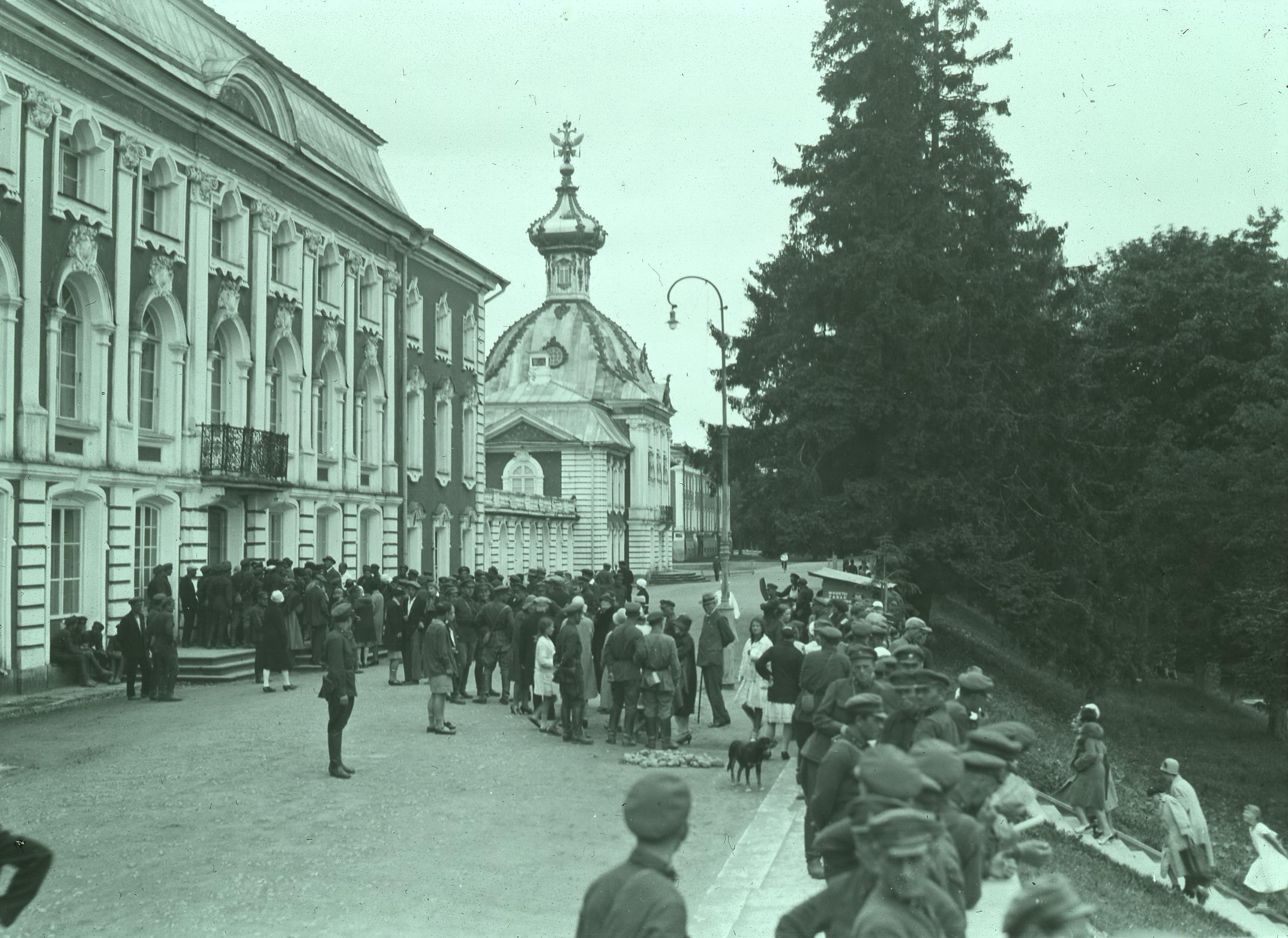 1927. У входа в Большой Петергофский дворец