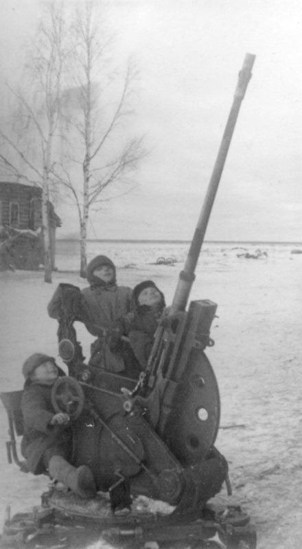 Дети играют с брошенной немецкой 20-мм зениткой обр.1930 г. (FlaK 30).