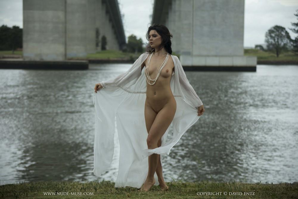Pure Rebel позирует на берегу реки
